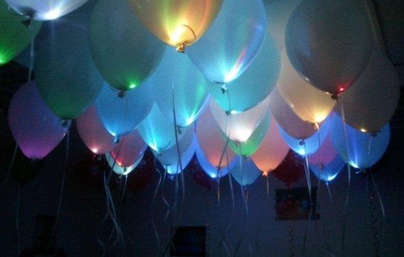 Воздушные шары, светящиеся в